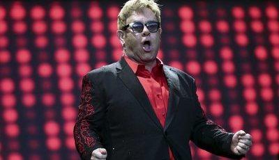"Paródia: Elton John ""canta"" funk ""Agora vai Sentar"""