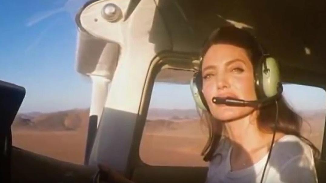 Angelina Jolie surpreende ao pilotar avião