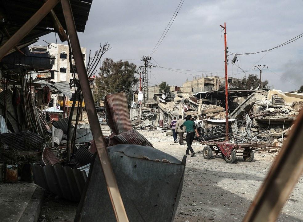 """Síria: 'Capacetes brancos' comparam bombas em Ghouta a """"operação de extermínio"""""""