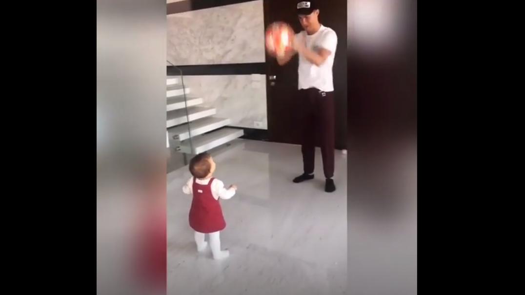 Cristiano Ronaldo deixa-se filmar em momento de brincadeira com a filha