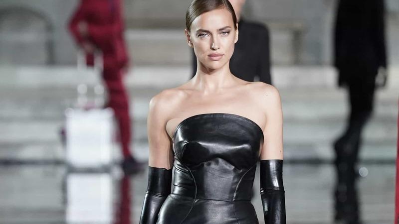 Irina Shayk brilha na passerelle London Fashion Week