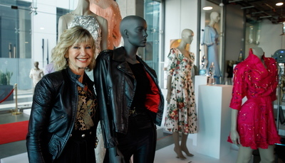 """Fã devolve icónico casaco de """"Grease"""" a Olivia Newton-John. Veja a reação emocionada da atriz"""