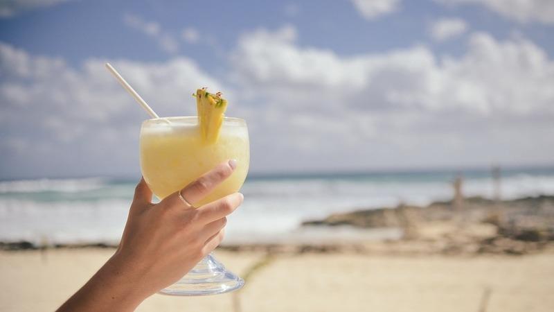 Gelo, rum, abacaxi e leite de coco, o mesmo é dizer Piña Colada. Vamos prepará-la?