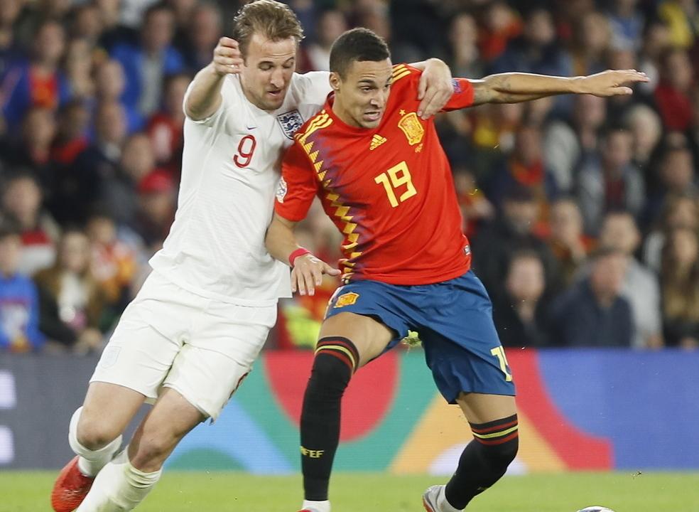 Inglaterra vence em Espanha e relança luta pela 'final four'