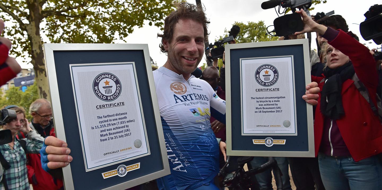 Ciclista britânico bate recorde ao dar volta ao mundo em menos de 79 dias