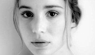 Joaquim de Almeida e Alba Baptista na nova série da Netflix