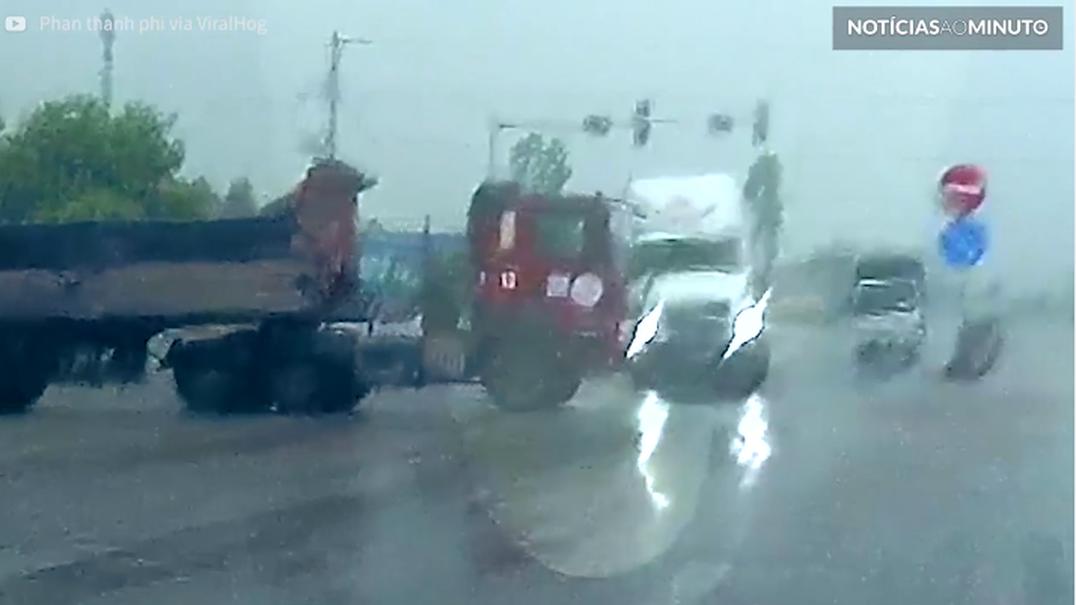 Dois camiões evitam choque por um triz