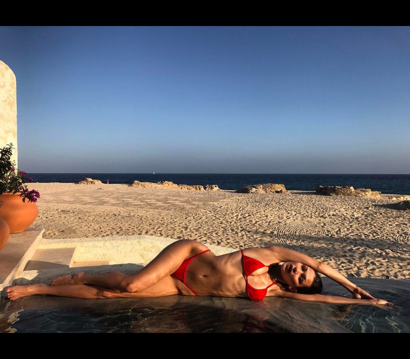 ee4ac7802 ... famosas vestem na praia e na; A modelo não tem quaisquer problemas em  exibir a sua bela forma física nas redes sociais ...