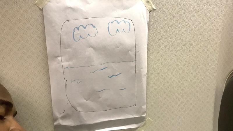 Homem pediu um lugar à janela e comissária de bordo desenhou-lhe uma