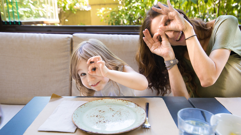 Brincadeiras para entreter crianças nos restaurantes