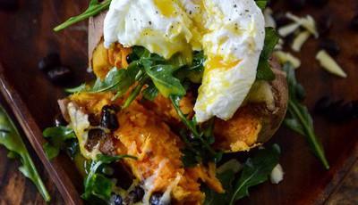 Batata doce recheada com queijo e ovo escalfado, uma receita com apenas 365 calorias