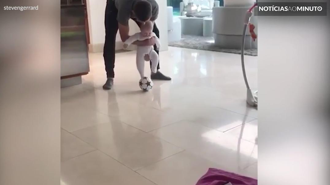 Bebé de Steven Gerrard já segue os passos do pai
