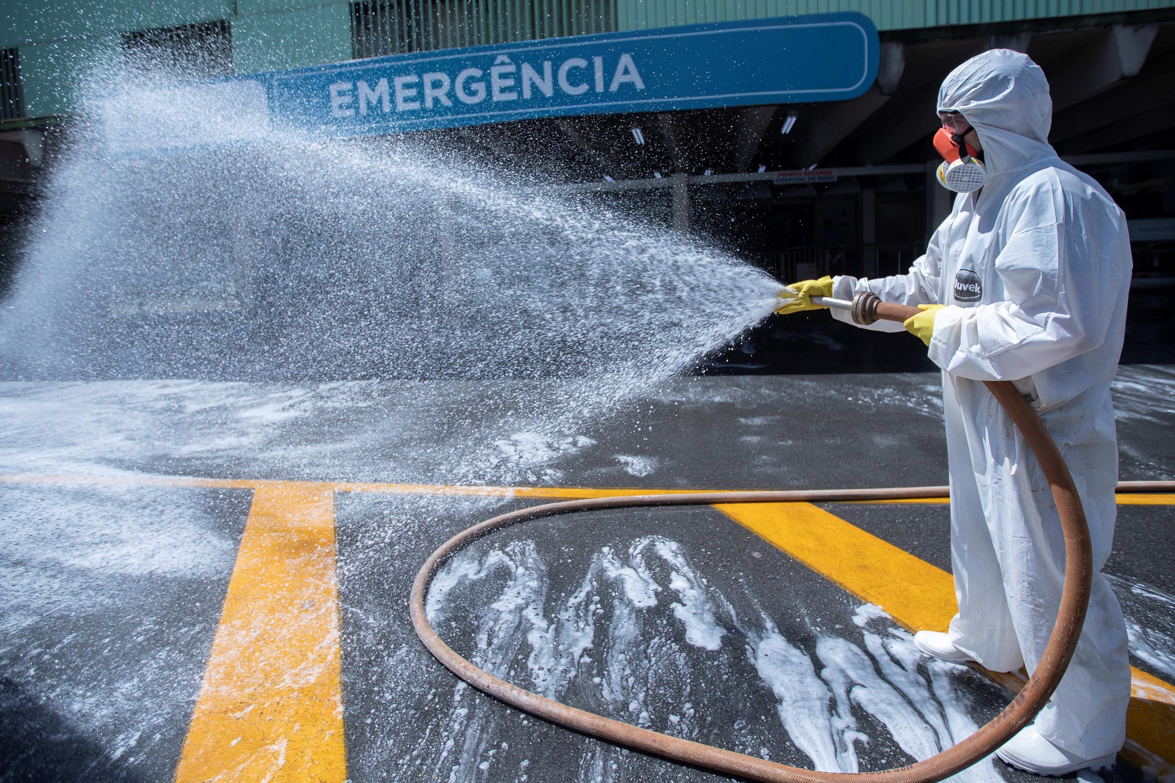 COVID-19: Ministro brasileiro diz que pedirá desculpas à China se receber ventiladores