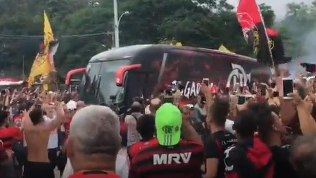 Fãs do Flamengo fazem a festa na despedida da equipa para a final da Libertadores