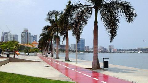 Vestígios de manchas de óleo avistados em praia da Ilha de Luanda