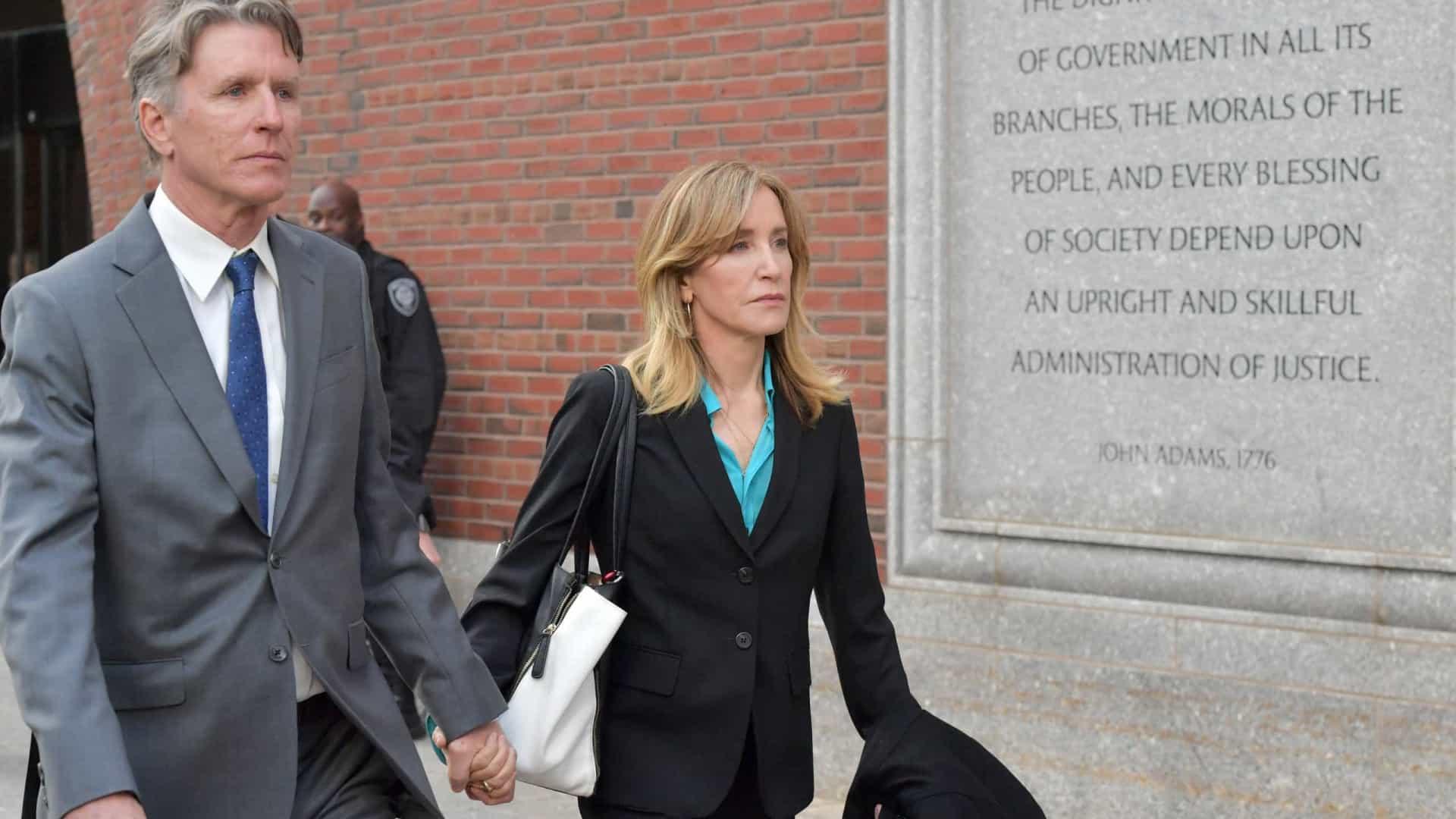Felicity Huffman é vista pela primeira vez com roupas de prisioneira