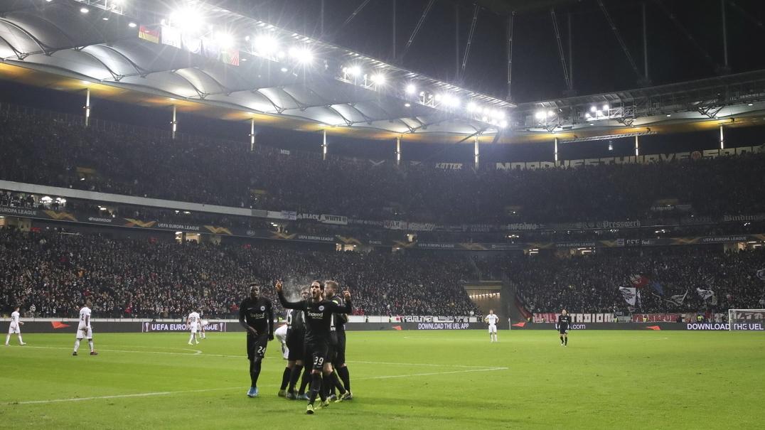 """Adeptos do Eintracht 'calam' gritos de extrema direita com: """"Nazis, fora!"""""""
