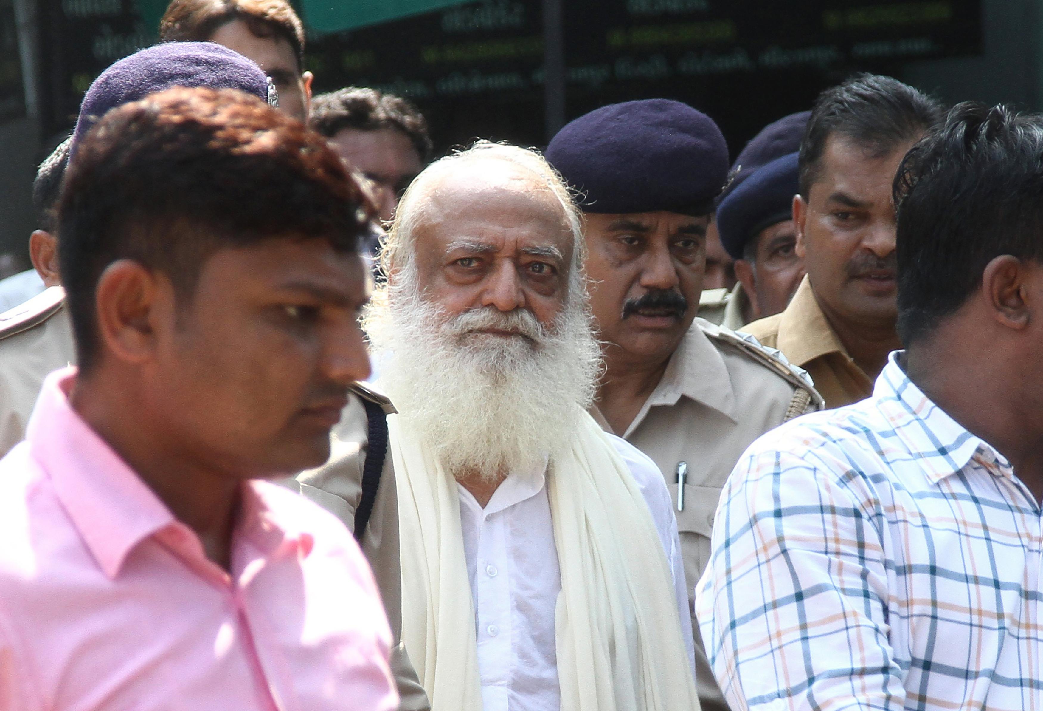 Influente guru indiano condenado a prisão perpétua por violação de adolescente - Advogado