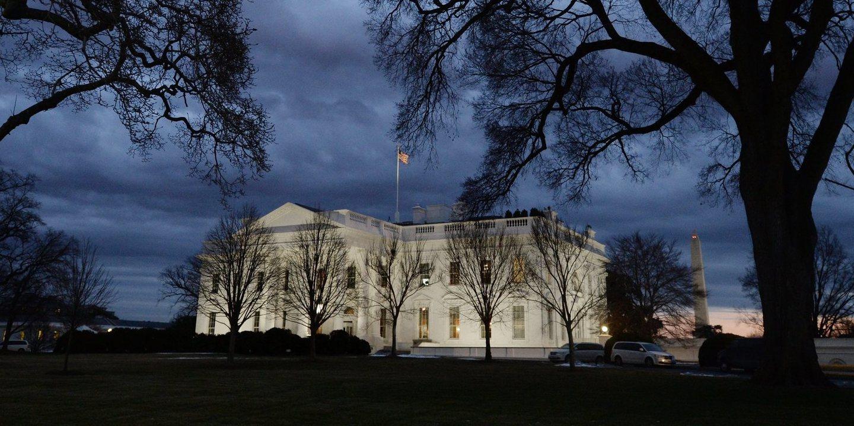 Entretanto na sala de crise da Casa Branca… Uma discussão acesa com direito a gritos e a medir o tamanho das pilhas de estudos