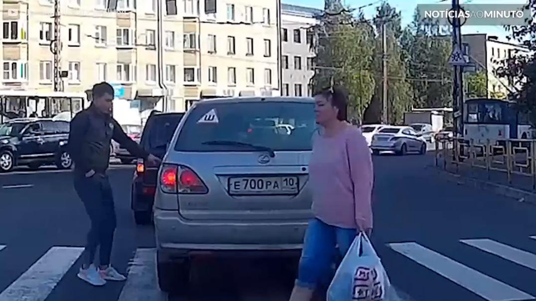 Jovem utiliza carro para atravessar a estrada