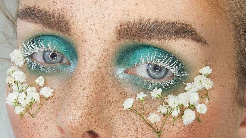 #MustFollow - Caroline Heggdal: o flower power na conquista da arte da maquilhagem