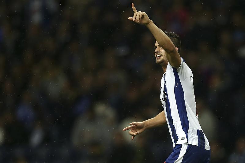 André Silva, põe os olhos em Paneira e vê como se marca a Buffon