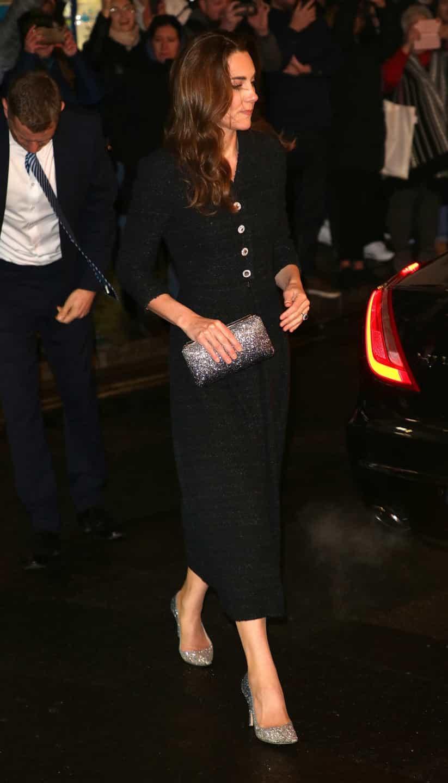 Em noite de teatro, Kate Middleton deslumbra com sapatos