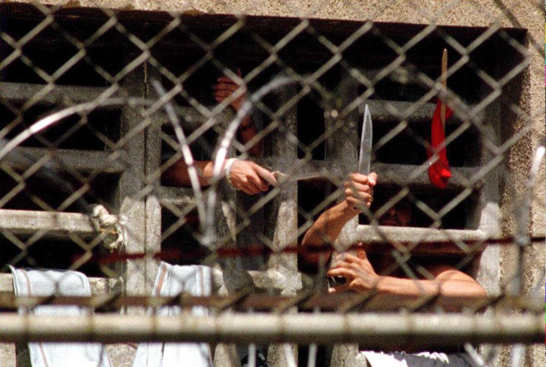Pelo menos 12 mortos e 21 feridos num motim em prisão venezuelana