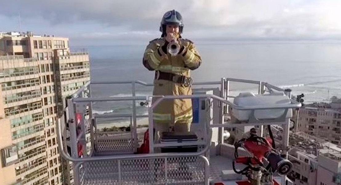 Rio de Janeiro: bombeiro toca trompete a 50 metros de altura para moradores em quarentena