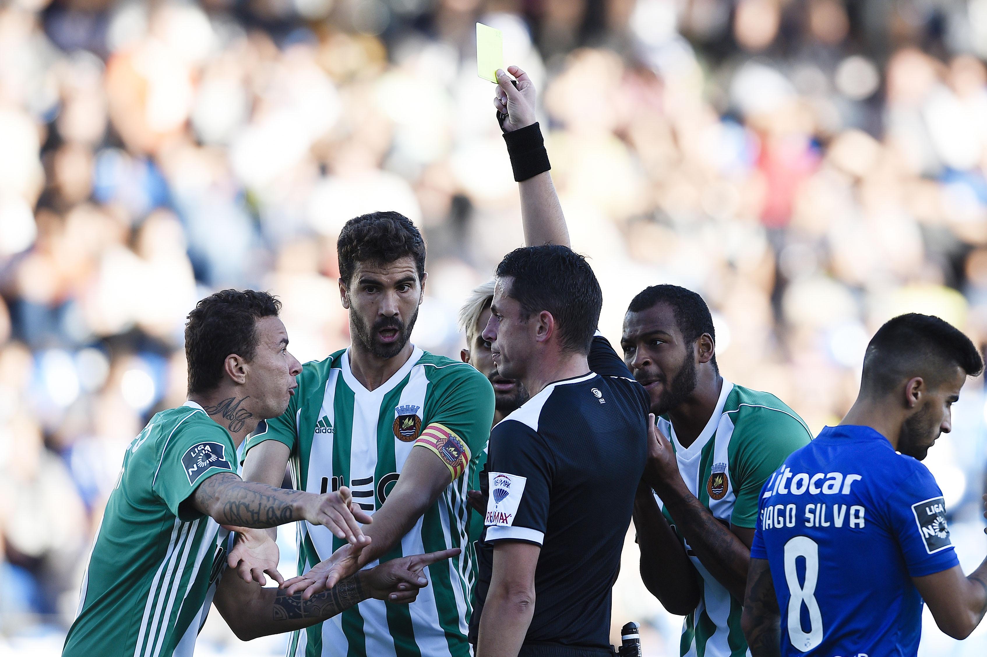 Feirense bate Rio Ave, em jogo com três expulsões e um penálti falhado