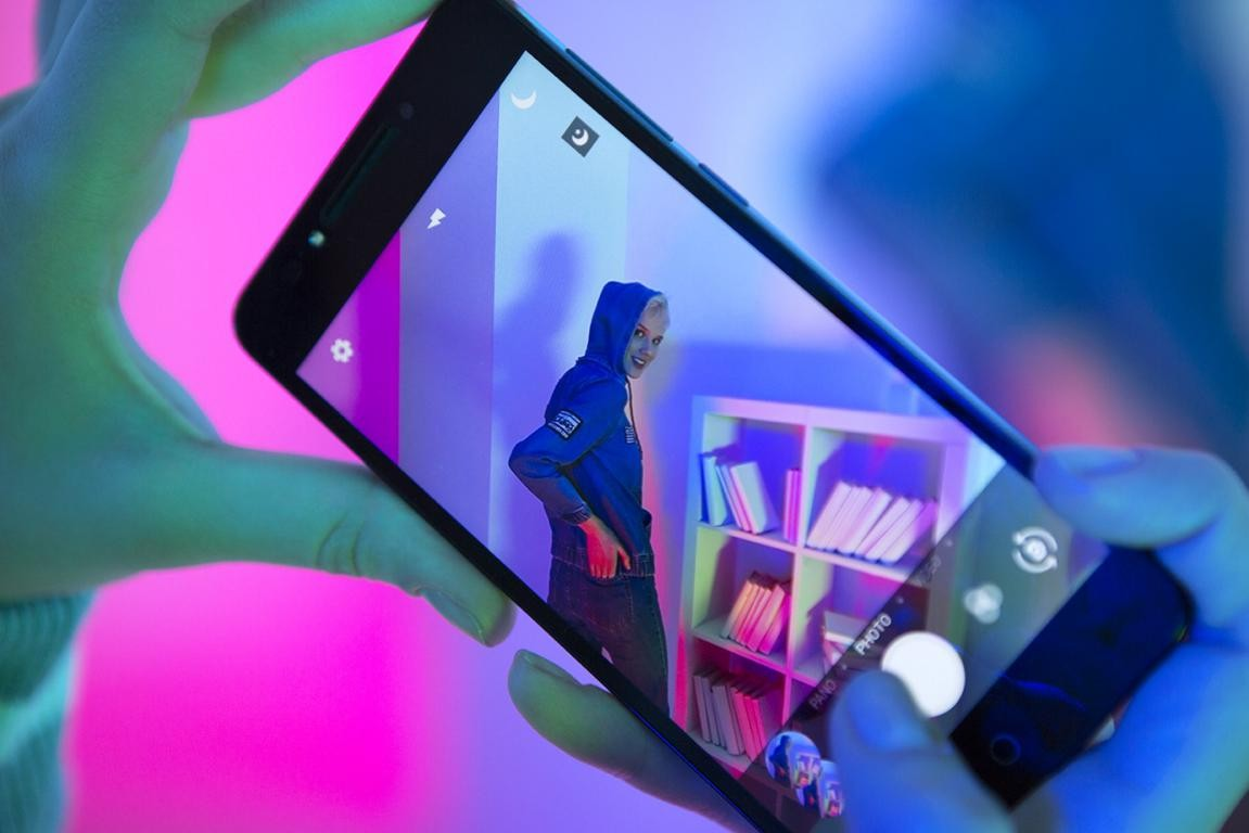Primeiro smartphone do mundo com capa revestida a luzes LED é aposta forte para os festivais de verão