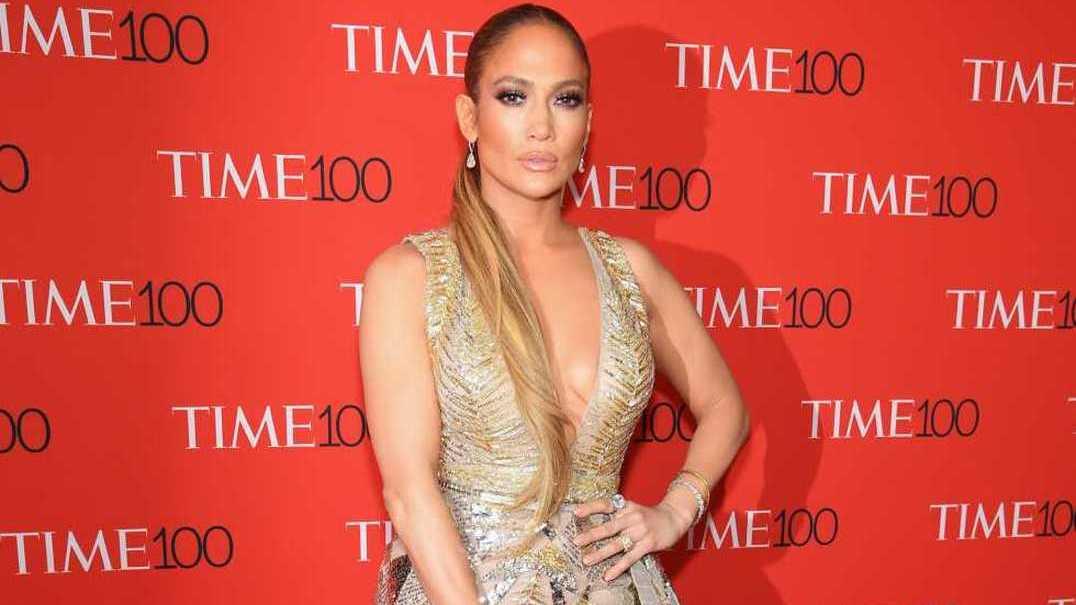 Jennifer Lopez deslumbra ao lado do namorado em noite de prémios
