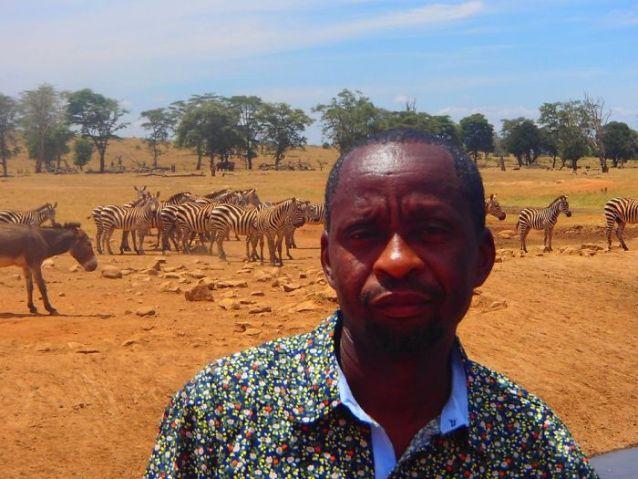 Este homem visita um parque no Quénia todos os dias para dar água aos animais selvagens