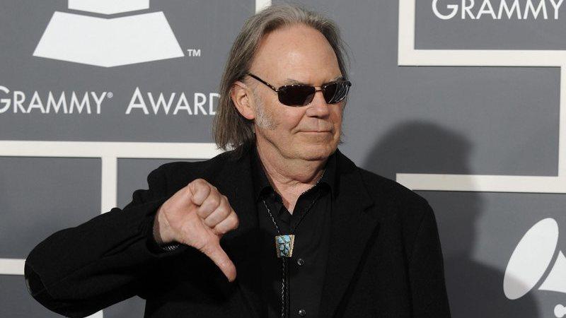 """Neil Young diz que Donald Trump é uma """"desgraça"""" e volta a criticar uso das suas canções em comícios"""