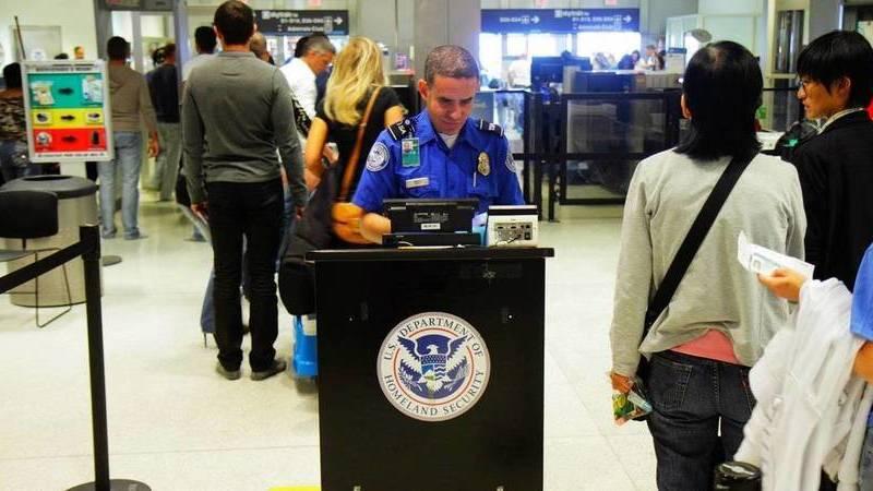 Criança desafiou um funcionário do aeroporto para dançar. O vídeo é adorável