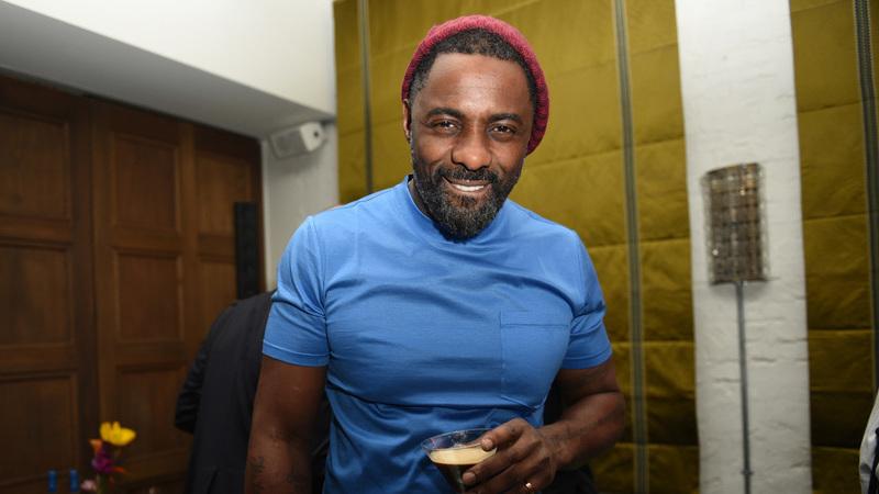 Idris Elba: homem mais sexy do mundo homenageado com boneco que não se parece nada com ele