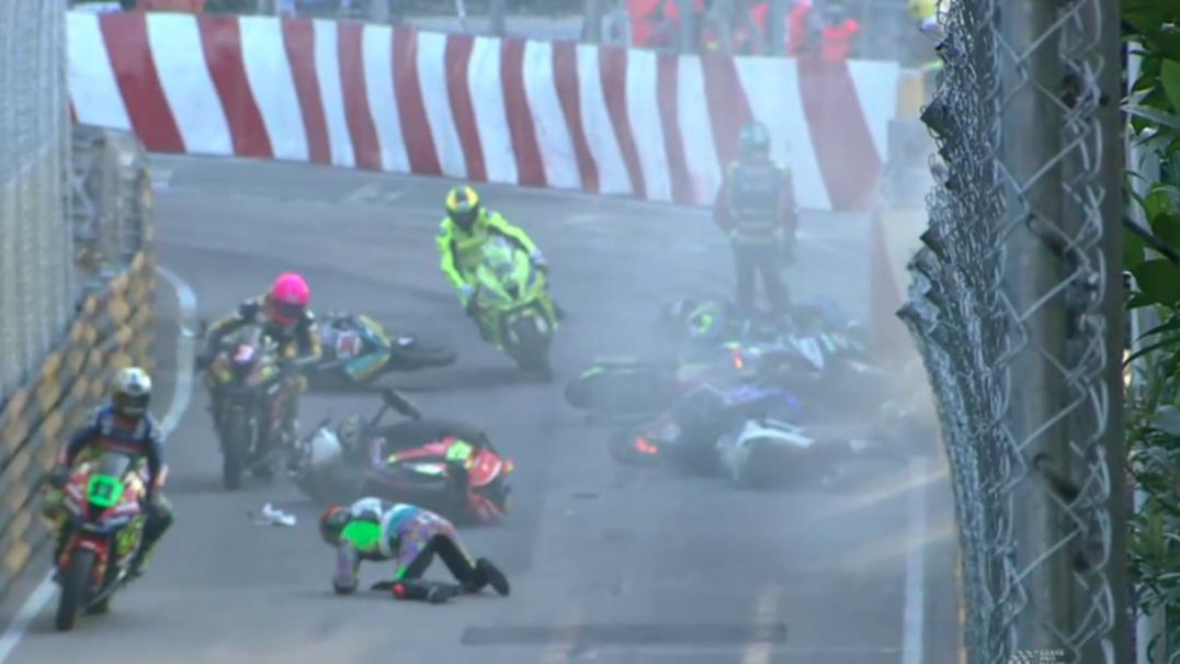 As imagens do aparatoso acidente que feriu três pilotos e cancelou GP de motos em Macau