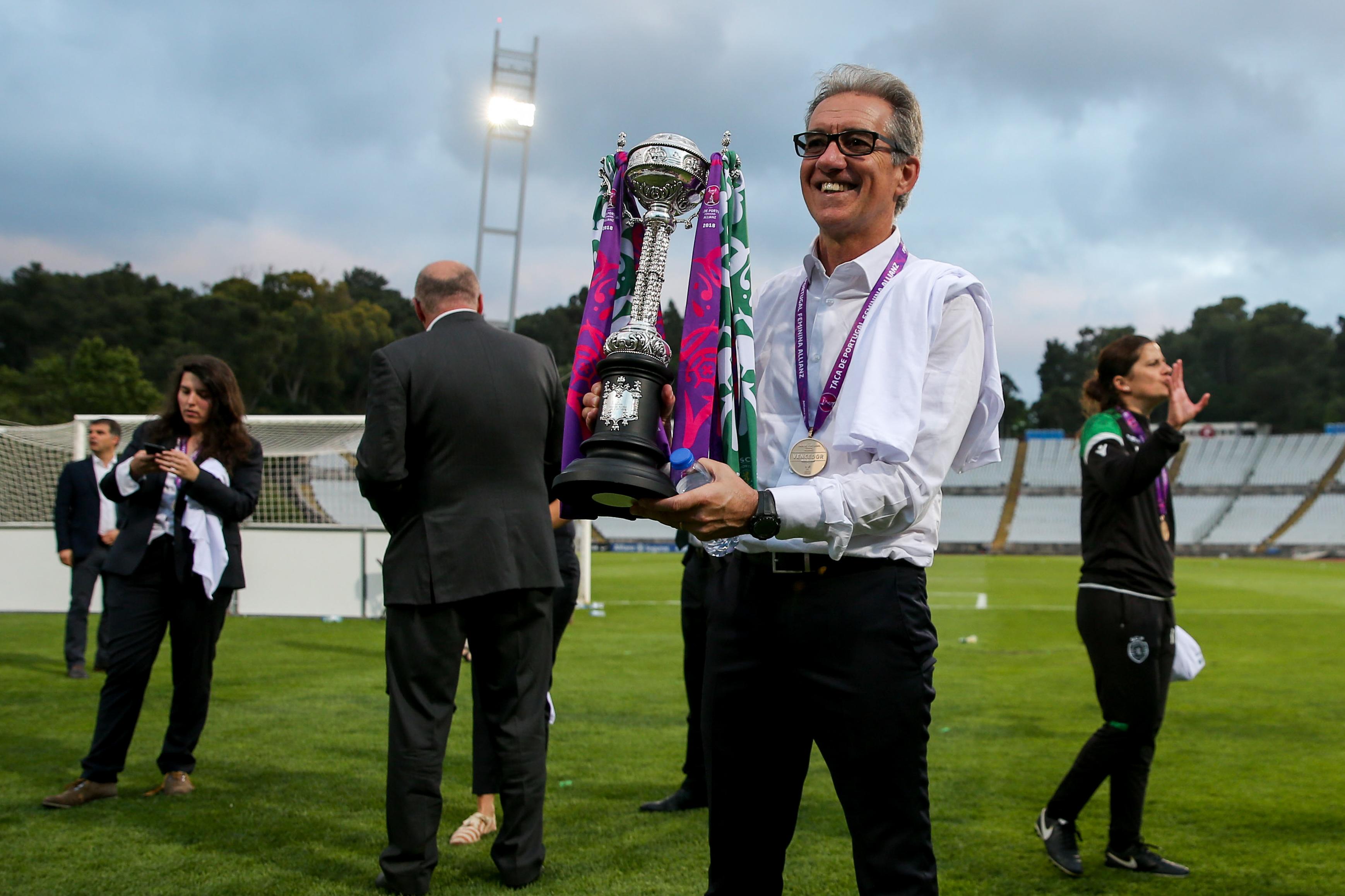 Sporting renova contrato com treinador bicampeão de futebol feminino