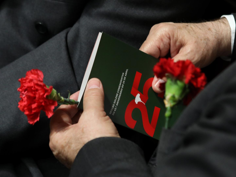 PS defende que melhor forma de honrar revolução é cumprir promessas