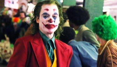 """Um sádico a sorrir e a fazer uma cara feliz: o primeiro trailer de """"Joker"""" com Joaquin Phoenix"""