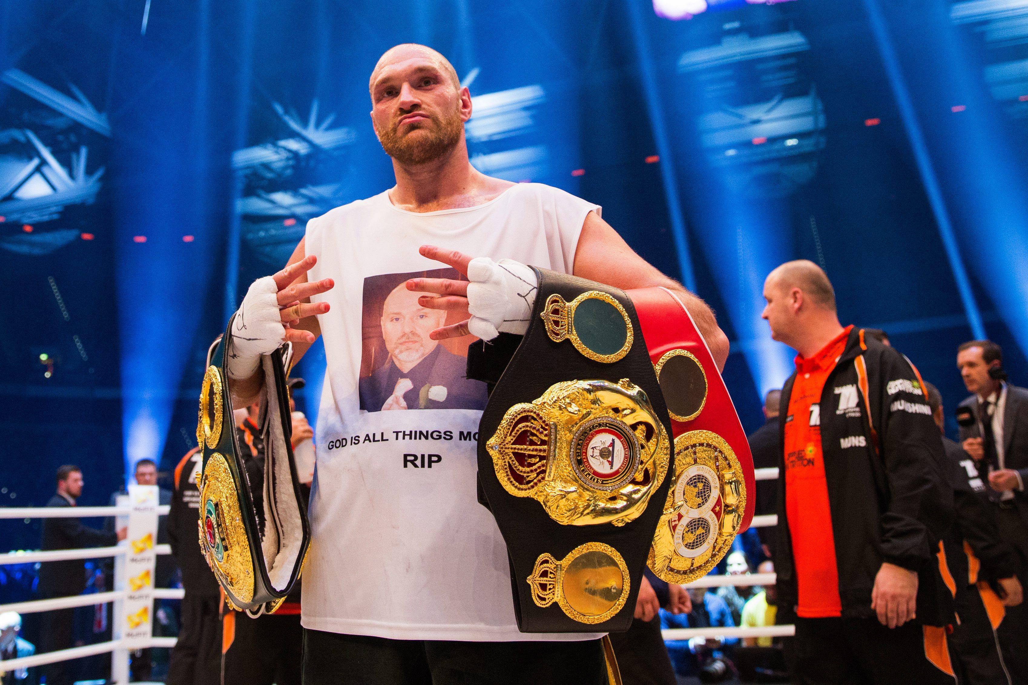 Sagrou-se campeão mundial de boxe, bateu no fundo do poço e batalhou com a depressão. E impediu um homem que lhe bateu à porta de se suicidar