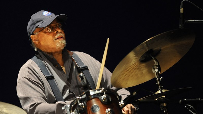 "Morreu Jimmy Cobb, o mítico baterista de ""Kind of Blue"", de Miles Davis"