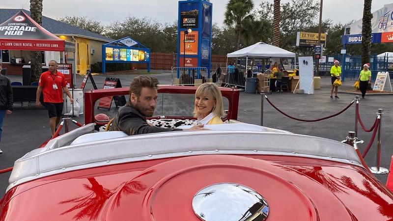 """John Travolta e Olivia Newton John vestem-se como em """"Grease"""" 40 anos depois do filme ser lançado"""