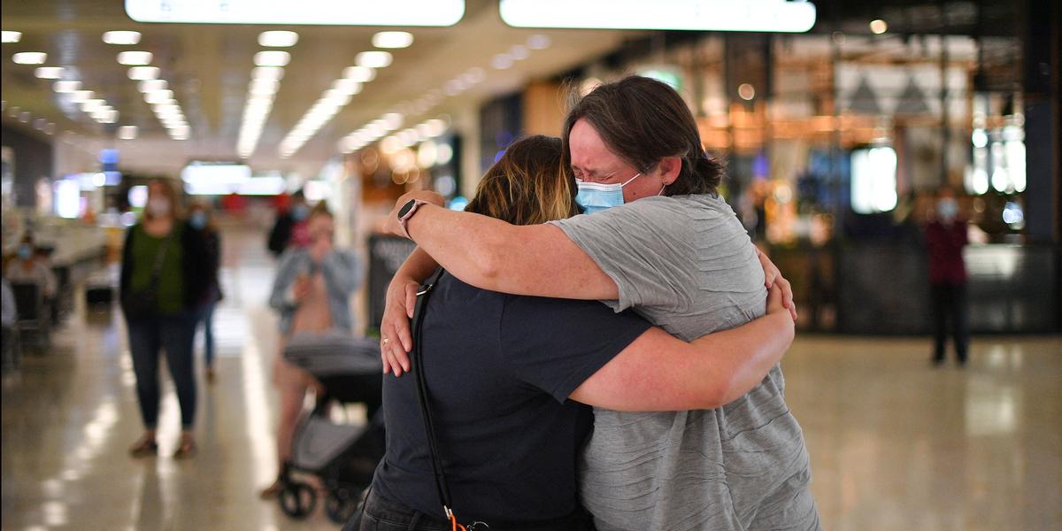 """Abraços e lágrimas na abertura de """"bolha"""" de viagens entre Nova Zelândia e Austrália"""