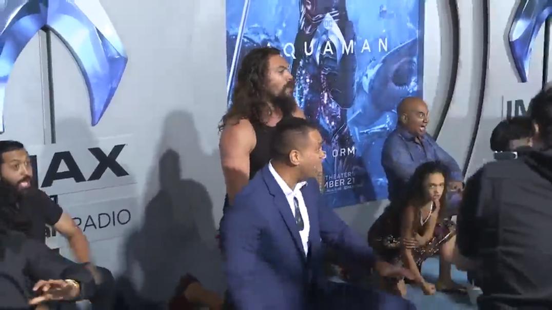 """Jason Momoa faz HAKA na passadeira vermelha da antestreia do filme """"Aquaman"""""""