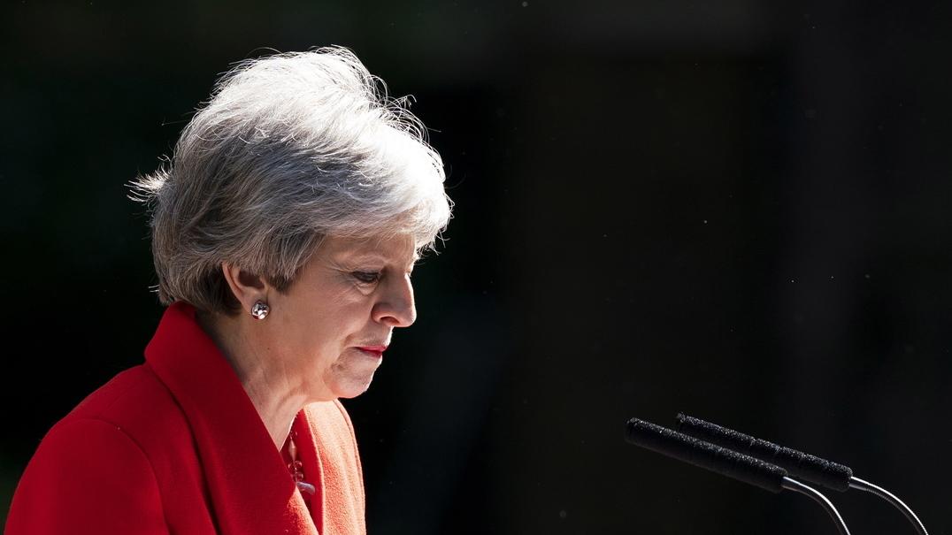 Theresa May emocionada no anuncio da sua demissão como primeira-ministra de Inglaterra