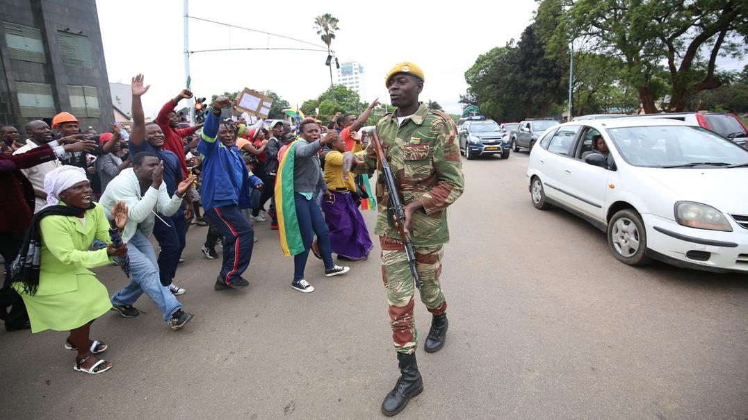 """Zimbabué canta e dança pela saída de Mugabe. """"Vamos ter o nosso país de volta"""""""
