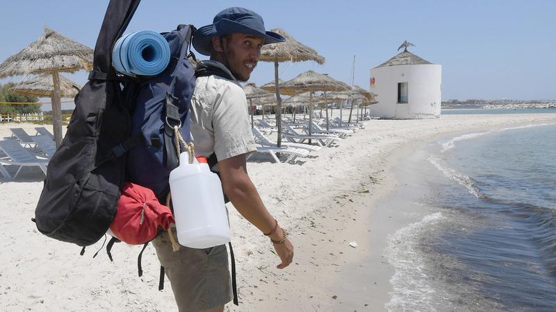 """Plogging"": Ativista percorre 300 quilómetros para limpar lixo das praias"