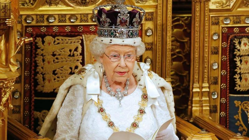 Rainha de Inglaterra está a contratar: 34 mil euros, 33 dias de férias e almoços grátis