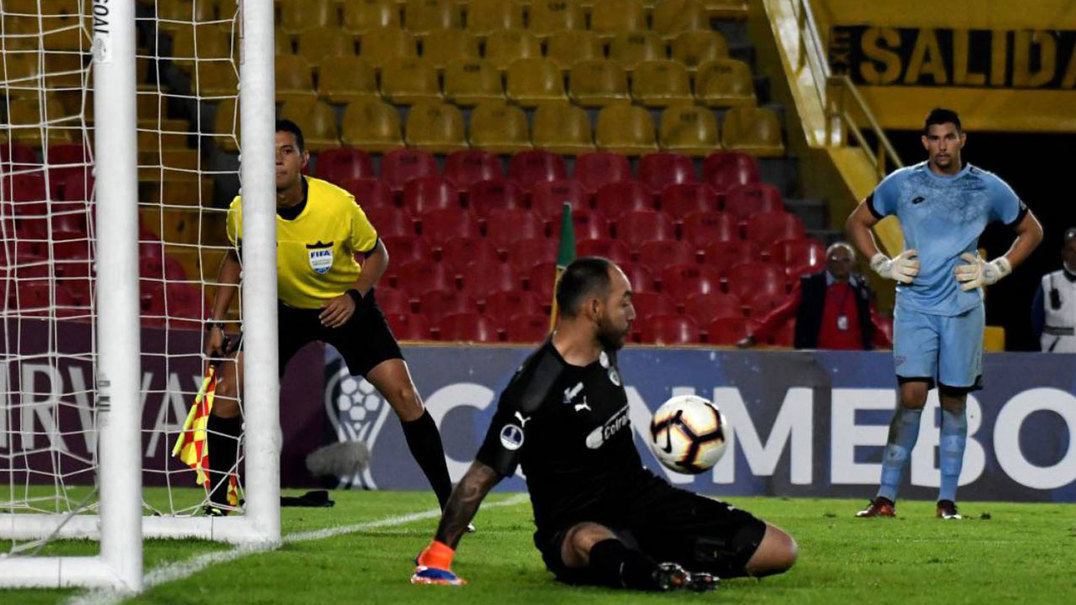 Jogador é despedido após falhar 'Panenka' que ditou eliminação da sua equipa na Taça Sul Americana